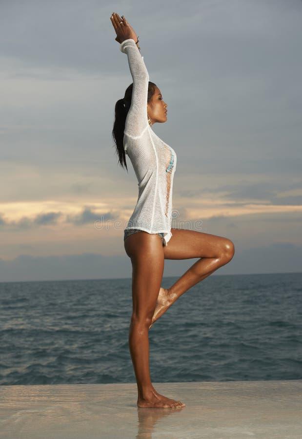 Yoga modèle thaïlandais de lever de soleil photographie stock libre de droits