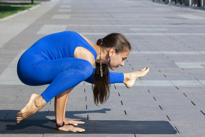Yoga Mujer joven que hace el ejercicio de la yoga al aire libre fotos de archivo libres de regalías