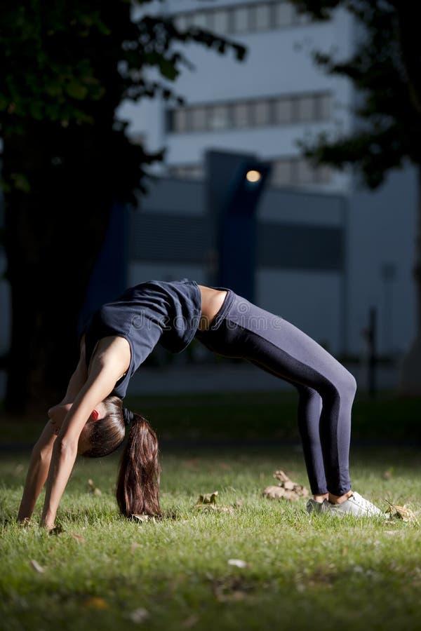 Yoga nachts stockbild