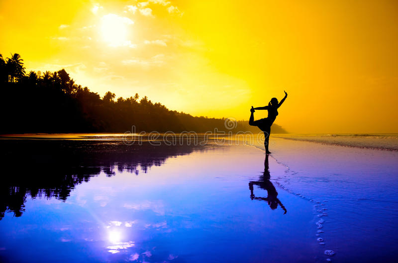 Yoga natarajasana auf dem Strand stockbild