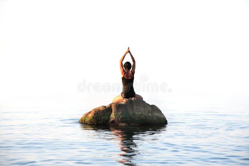 Yoga nel mare immagini stock libere da diritti