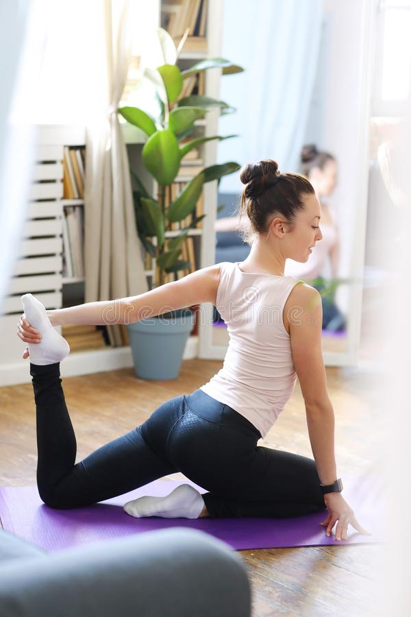 Yoga nel paese fotografie stock libere da diritti