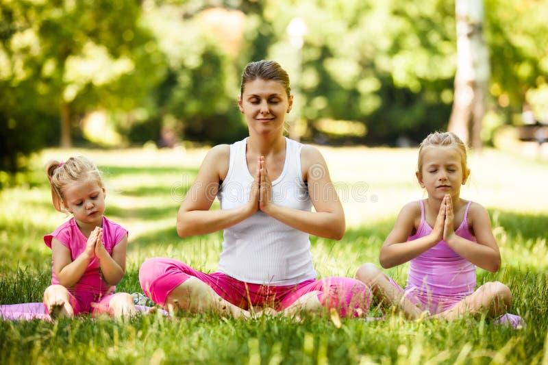 Yoga nella sosta fotografia stock libera da diritti