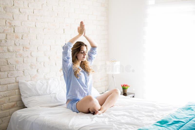 Yoga och meditation i säng royaltyfria bilder