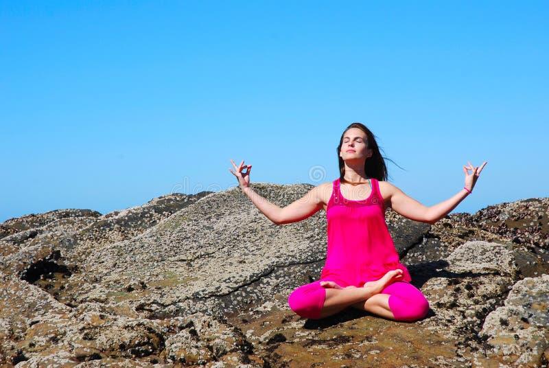 Yoga op de rotsen stock foto