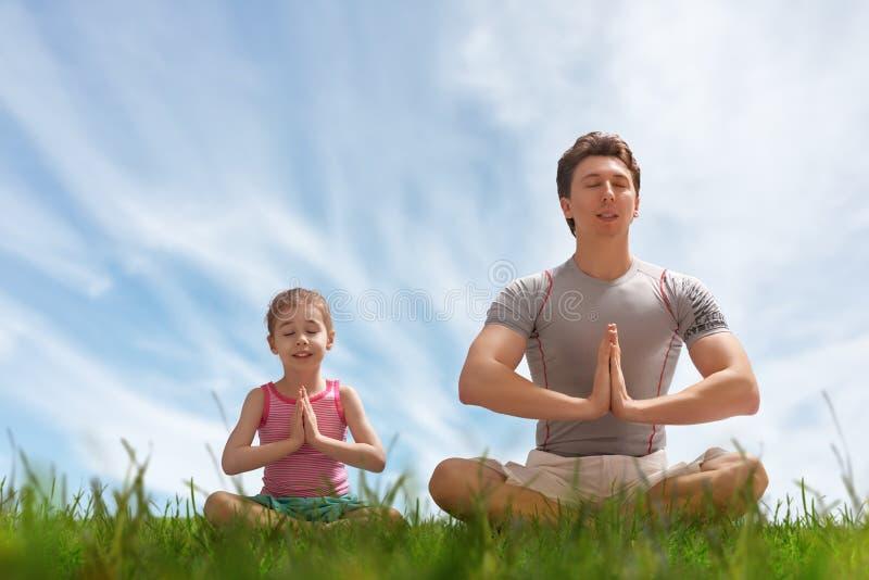 Yoga op het gras royalty-vrije stock foto's