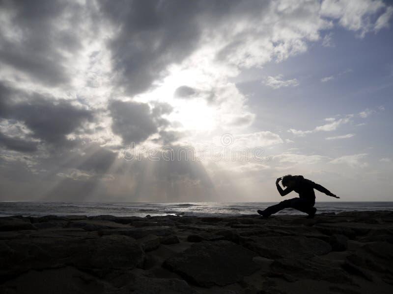 Yoga op het overzees stock afbeeldingen