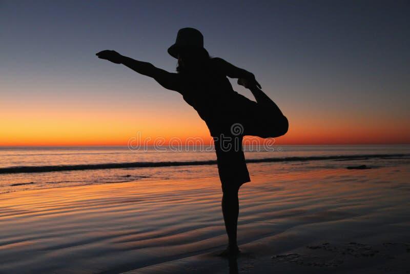 Yoga op het strand royalty-vrije stock afbeelding