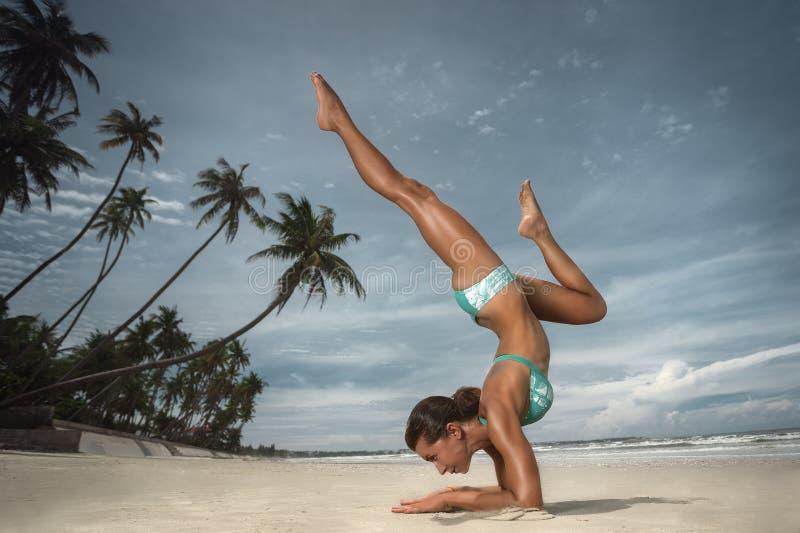 Yoga op het strand royalty-vrije stock foto