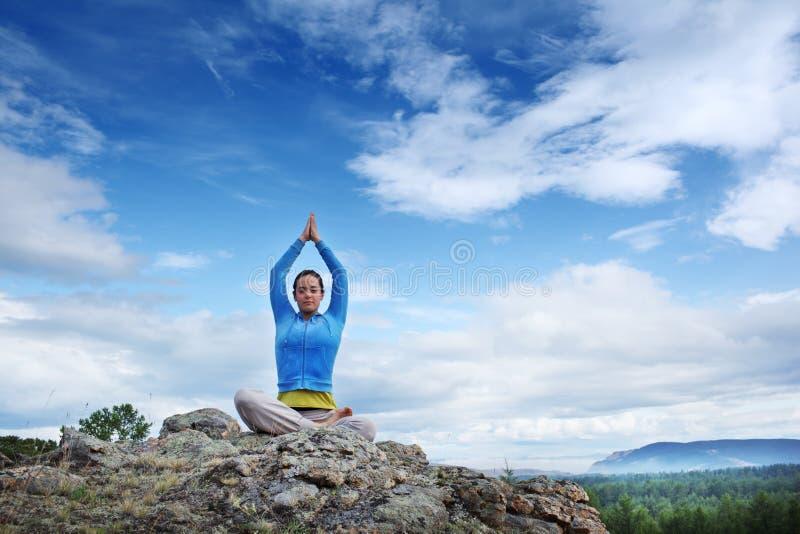 Yoga op mauntain stock foto's