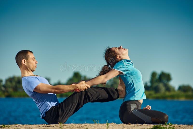 Yoga op openlucht royalty-vrije stock afbeeldingen
