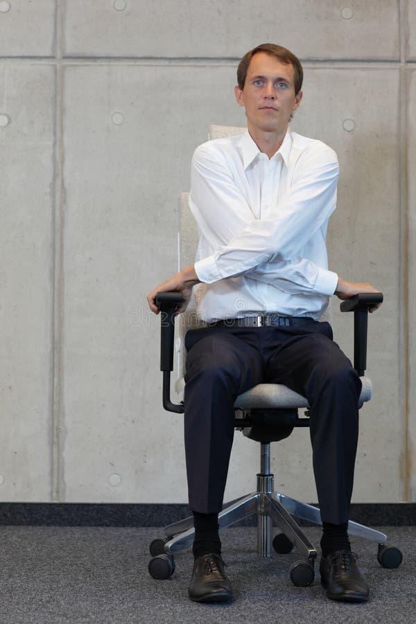 Yoga op stoel in bureau - het bedrijfsmens uitoefenen stock afbeelding