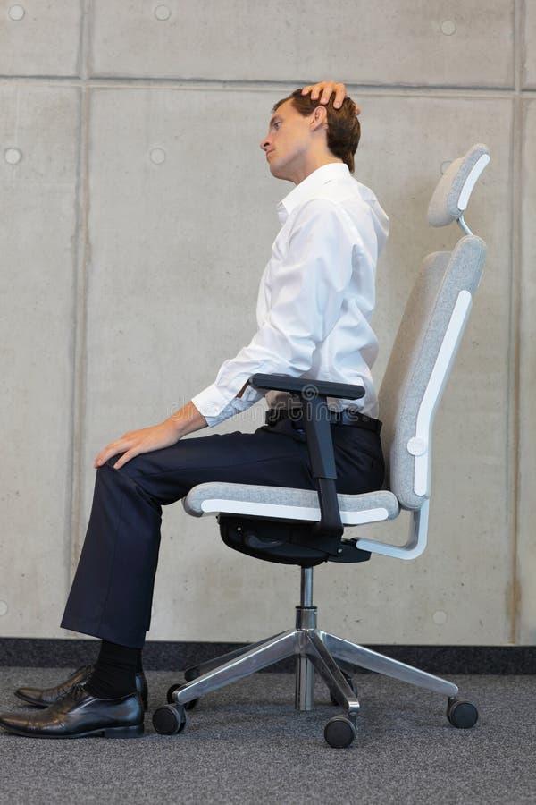 Yoga op stoel in bureau - het bedrijfsmens uitoefenen royalty-vrije stock afbeelding