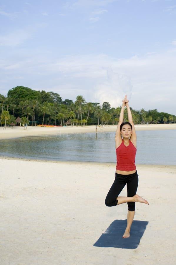 Yoga op Strand royalty-vrije stock foto's