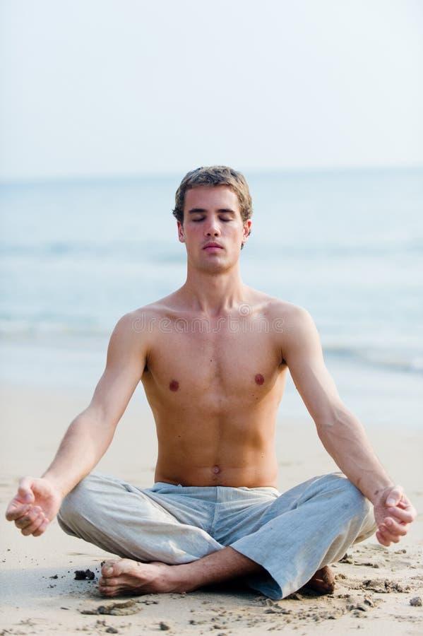 Yoga op Strand royalty-vrije stock afbeeldingen