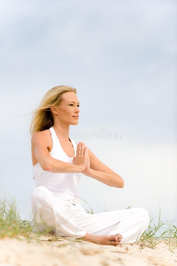 Yoga op Strand stock foto's