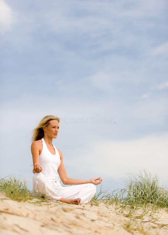 Yoga op Strand royalty-vrije stock fotografie