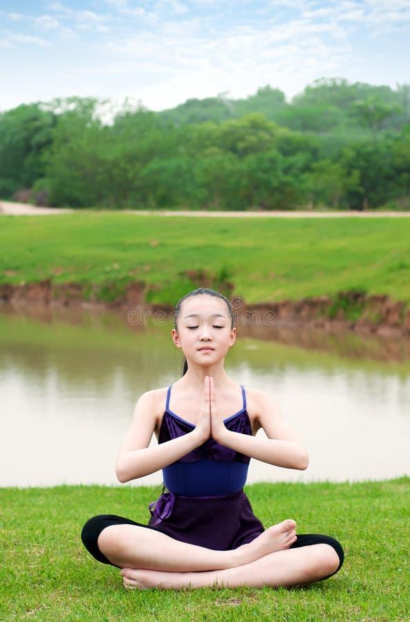 Yoga openlucht stock afbeelding
