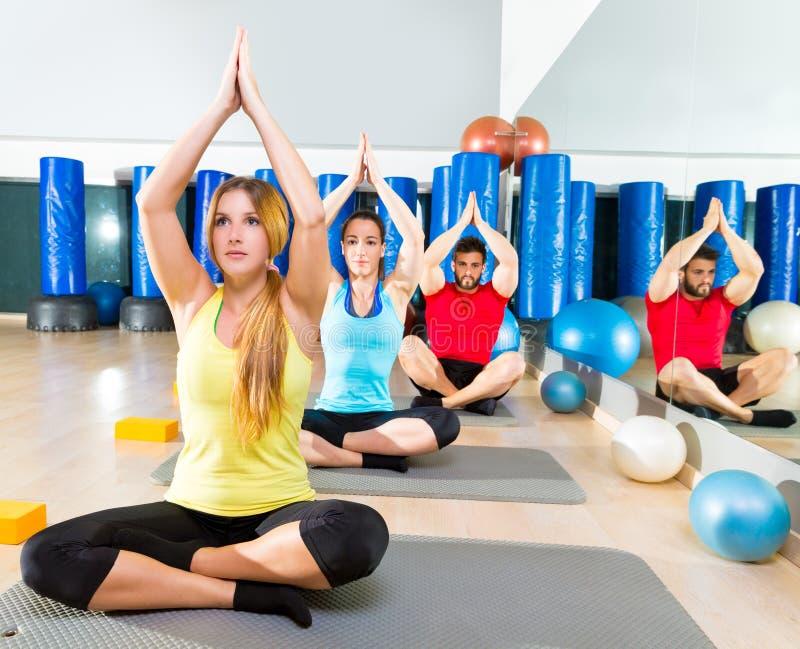Yoga opleidingsoefening in de mensengroep van de geschiktheidsgymnastiek stock afbeeldingen