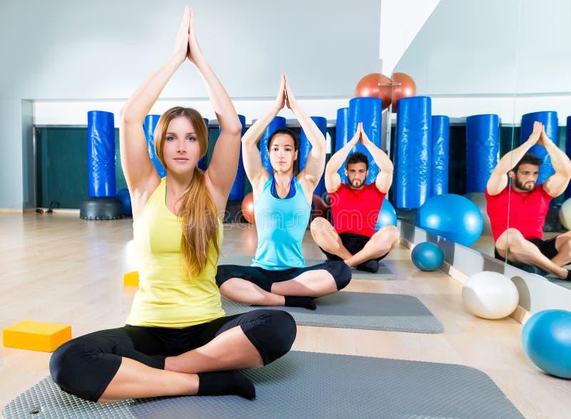 Yoga opleidingsoefening in de mensengroep van de geschiktheidsgymnastiek stock foto
