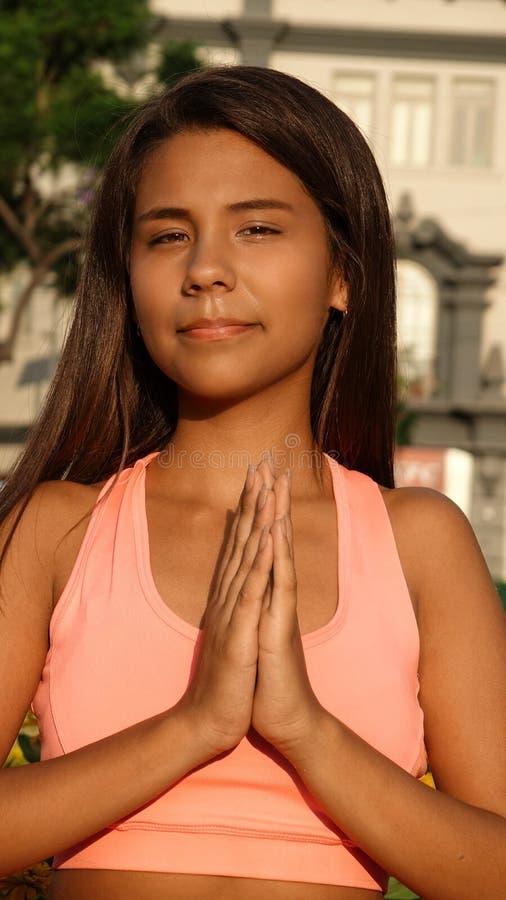 Yoga ou prière de l'adolescence femelle photographie stock libre de droits