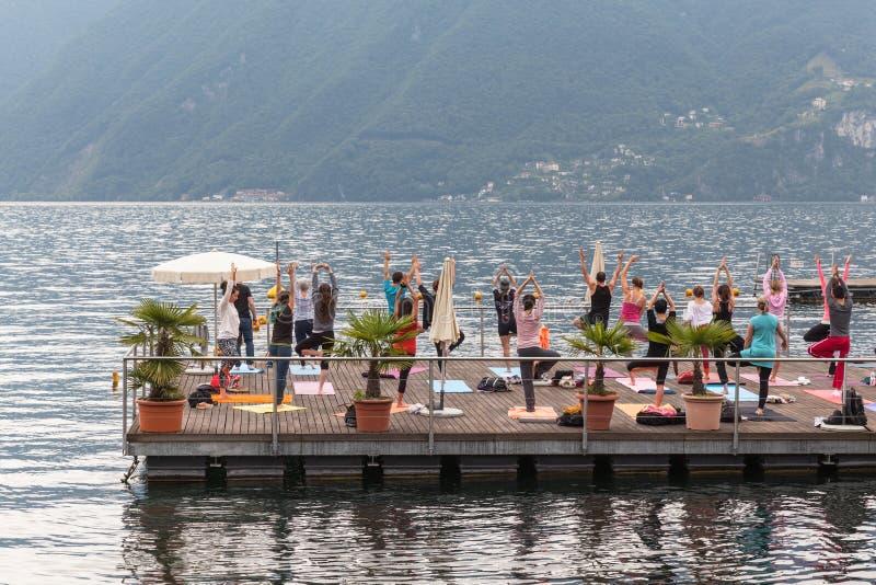 Yoga på laken arkivbilder