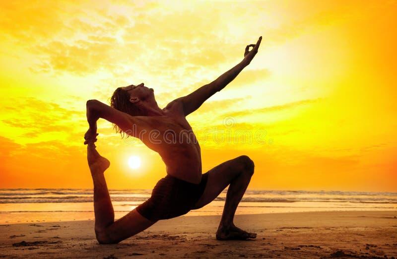 Yoga på stranden arkivfoto