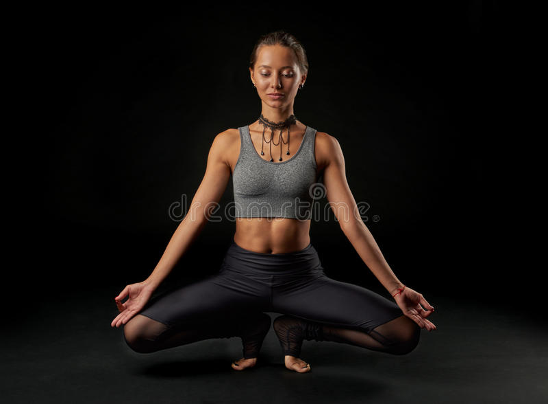 Yoga på svart bakgrund arkivfoton