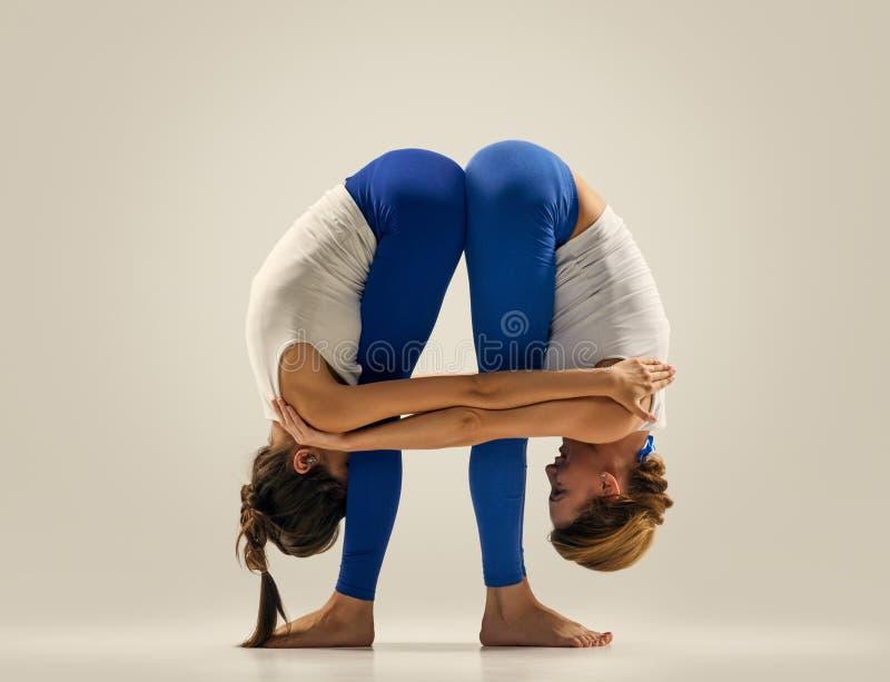 Yoga in paar benen het uitrekken zich royalty-vrije stock foto