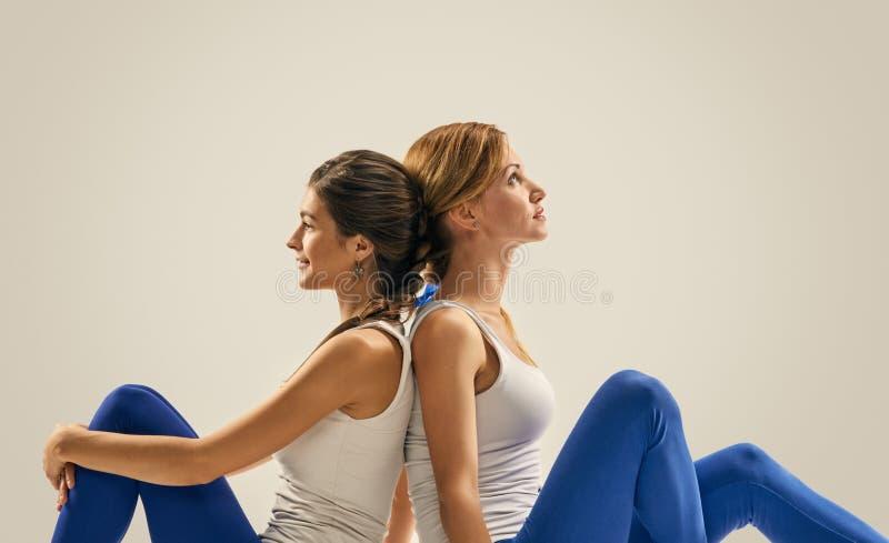 Yoga in paar ontspan Partner ademhaling stock afbeeldingen