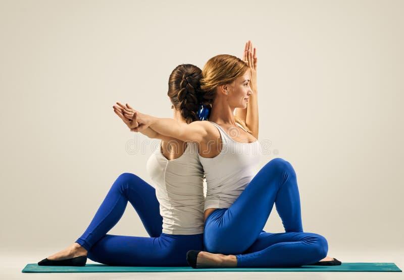 Yoga in paar Partner ademhaling stock afbeelding