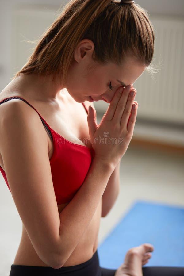 Yoga pacifica, ringraziamenti sportivi sani della femmina e concetto del namaste fotografia stock