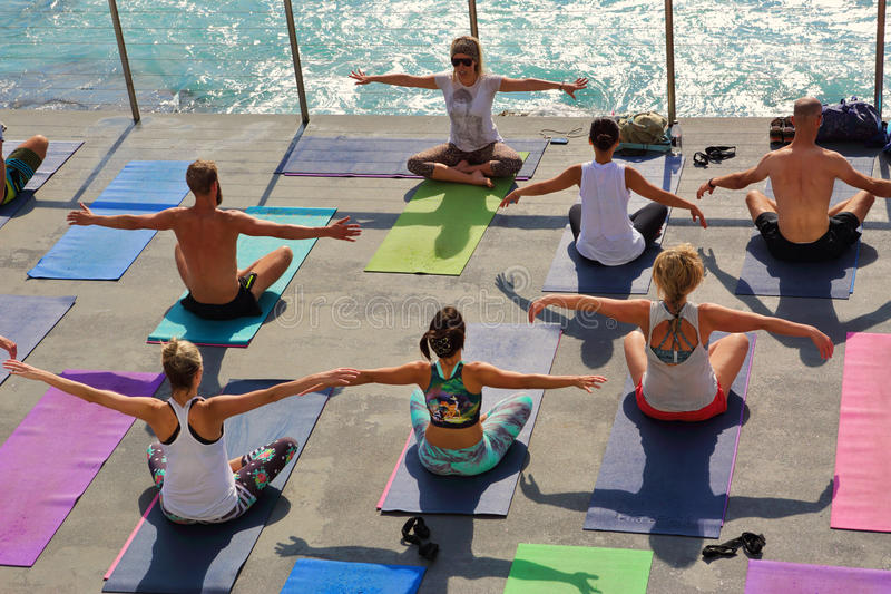 Yoga par l'Australie de Bondi de mer photos libres de droits