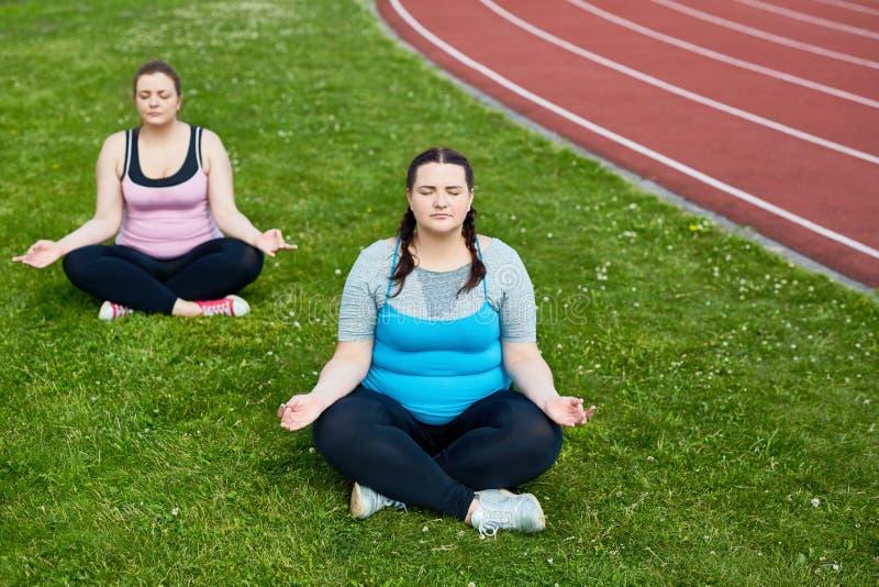 Yoga par le fleuve images libres de droits