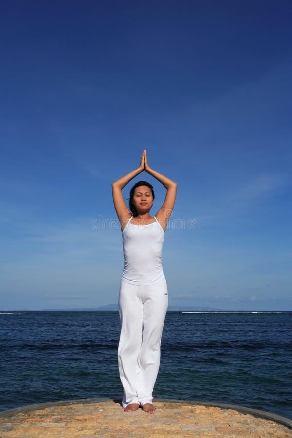 Yoga par Sea photographie stock libre de droits