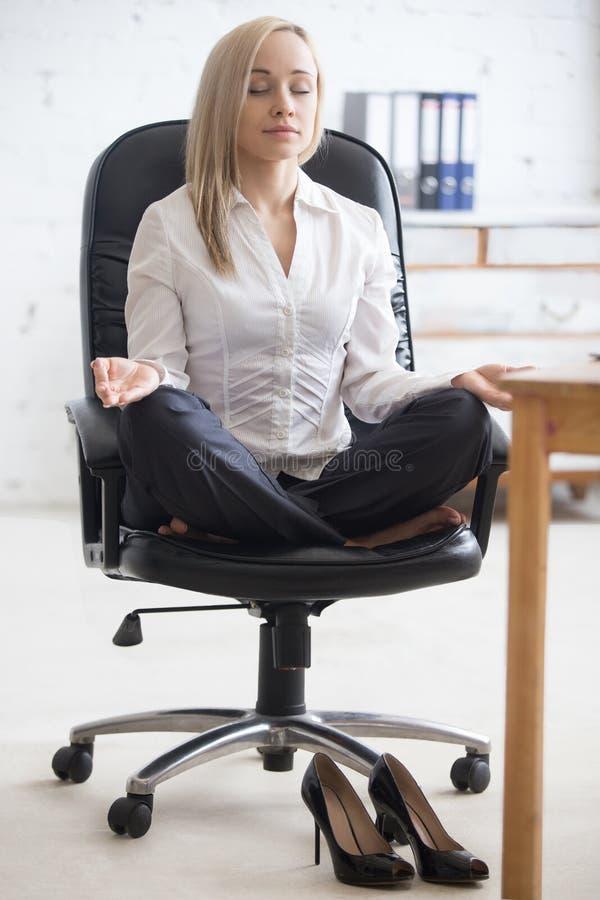 Yoga para la relajación de los empresarios foto de archivo libre de regalías
