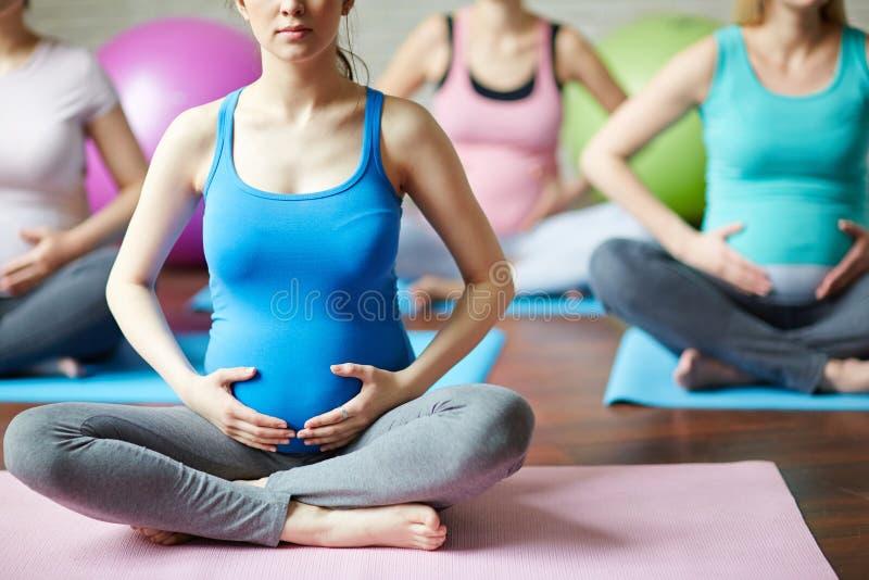 Yoga per l'incinto immagine stock libera da diritti