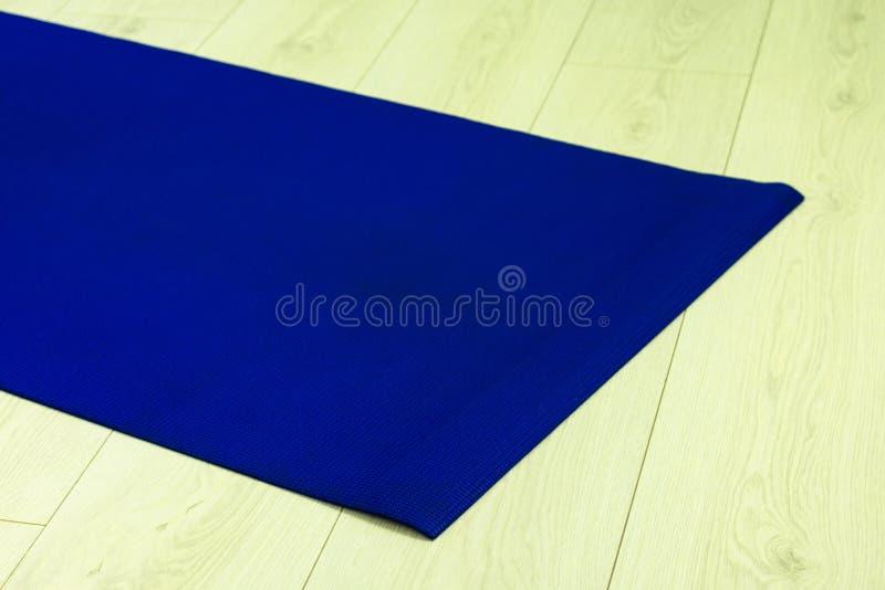 yoga of pilates mat voor oefening op natuurlijke houten vloer stock foto