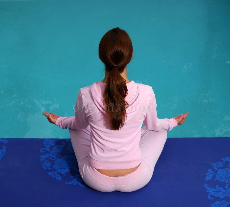 Yoga por la piscina imagenes de archivo