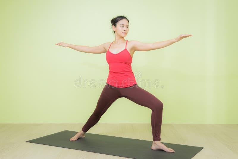 Yoga-Posenfrau stockfotografie