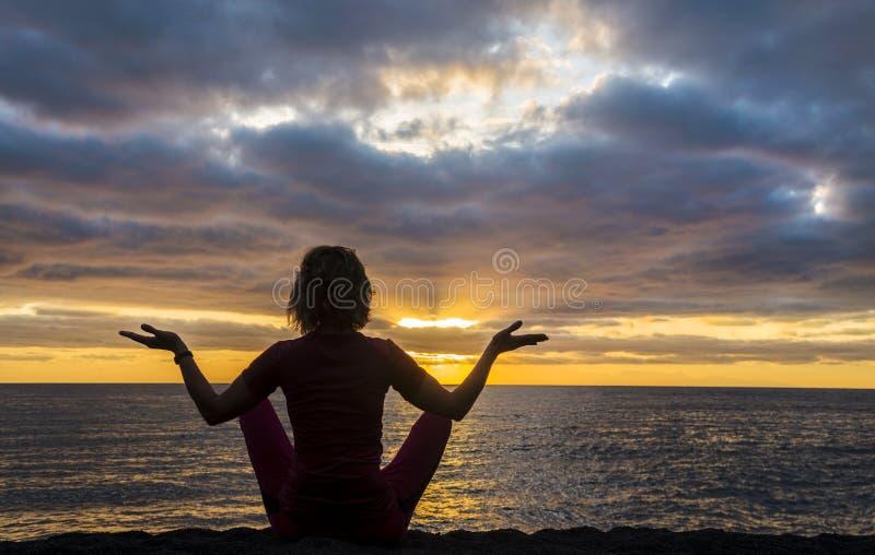 Yoga près de la mer photos stock