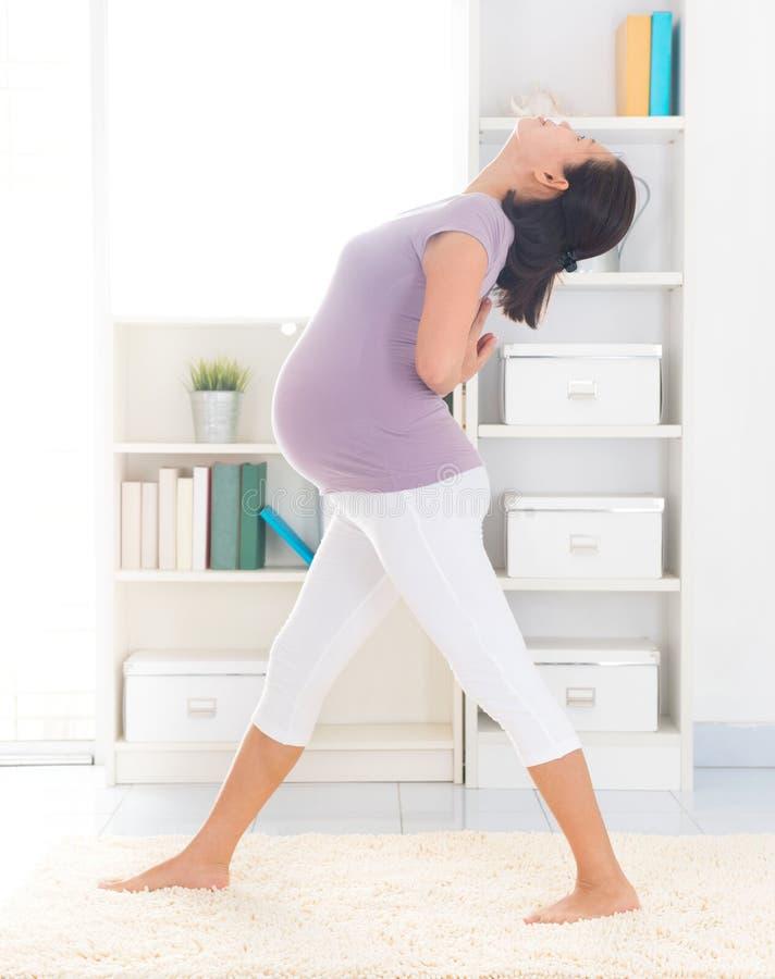 Yoga prénatal. photographie stock libre de droits