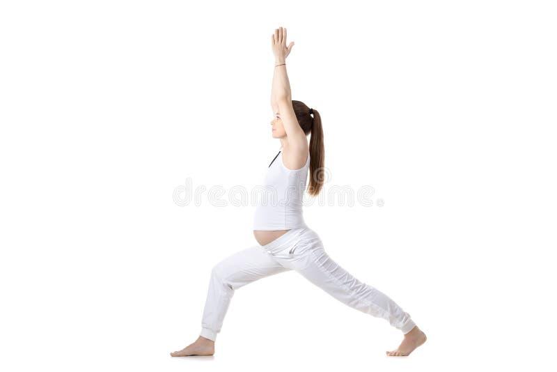 Yoga prénatal, guerrier que je pose photographie stock