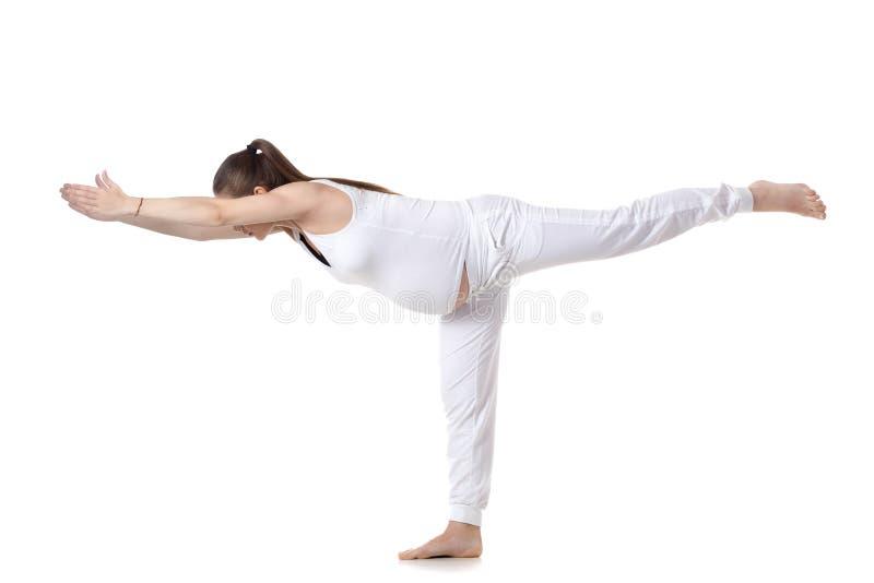 Yoga prénatal, pose du guerrier III photos stock