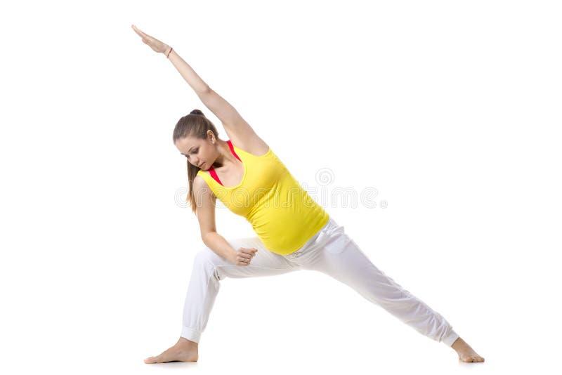 Yoga prénatal, pose prolongée d'angle latéral photographie stock