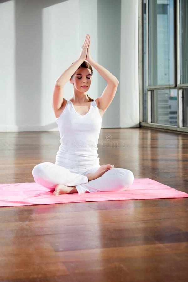 Yoga practicante apta de la mujer joven imagen de archivo libre de regalías