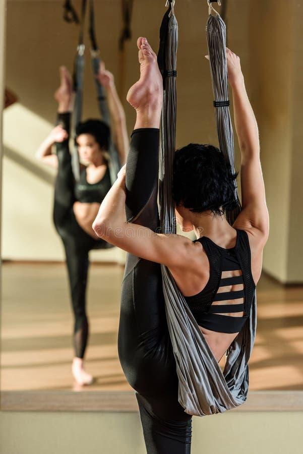 Yoga practicante de la mosca de la mujer imágenes de archivo libres de regalías