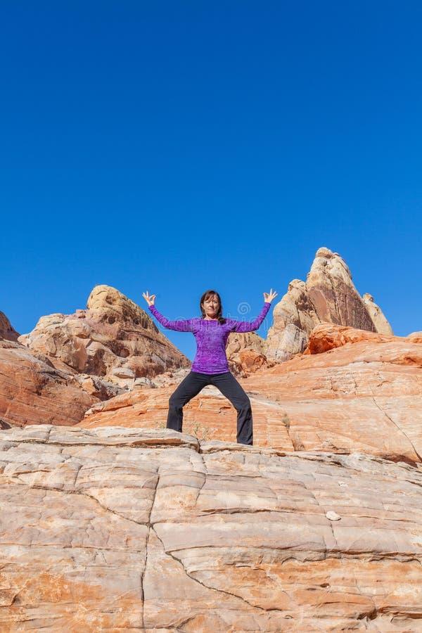 Yoga practicante de la mujer al aire libre en rocas imagen de archivo libre de regalías