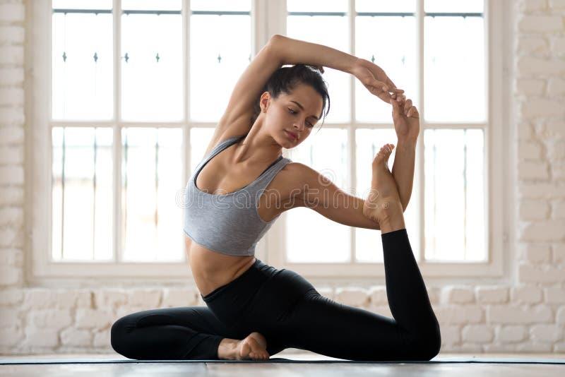 Yoga practicante de la mujer atractiva deportiva joven, haciendo el exe de la sirena imagen de archivo
