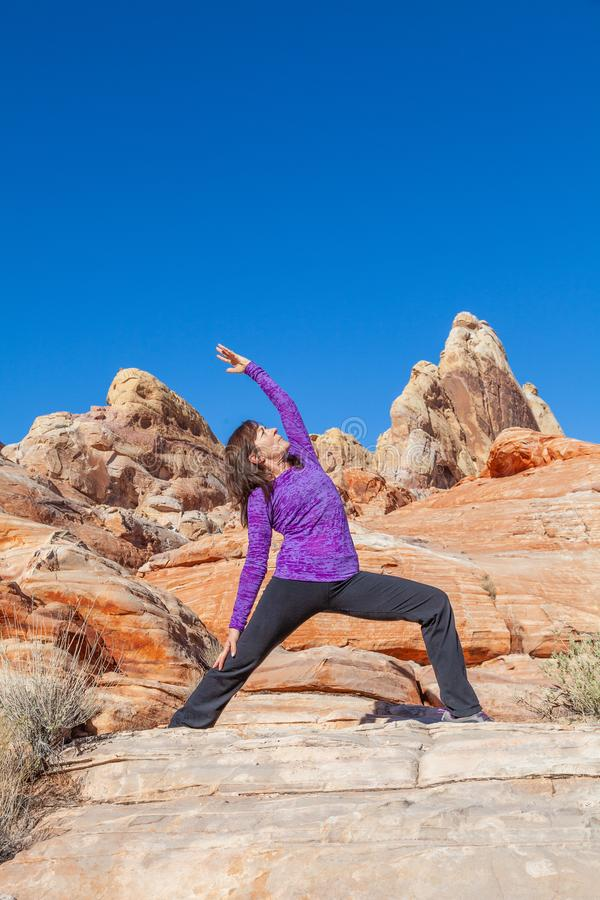 Yoga practicante de la mujer en el aire libre fotografía de archivo libre de regalías